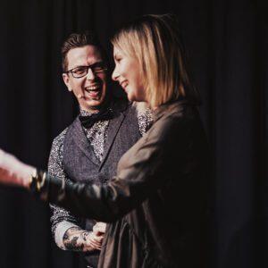 Axel Adams zaubert für Publikum in Ingolstadt